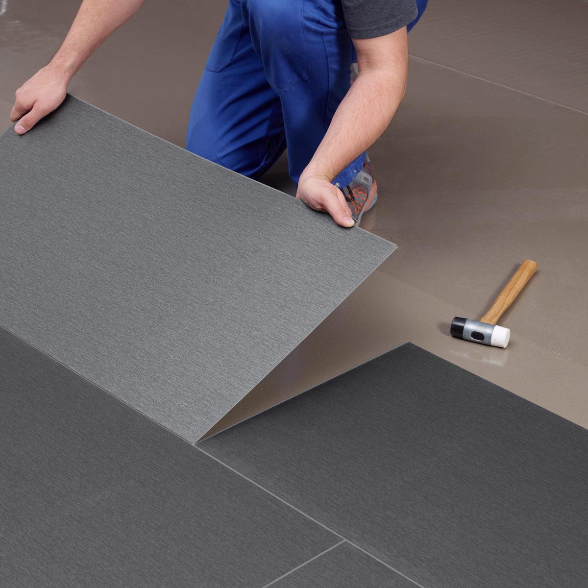 wineo Designboden Verlegetechnik Boden wird eingeklickt