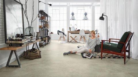 Loft Wohnbereich Wohnzimmer Vinylboden Fussboden Betonoptik hell Fliesenformat