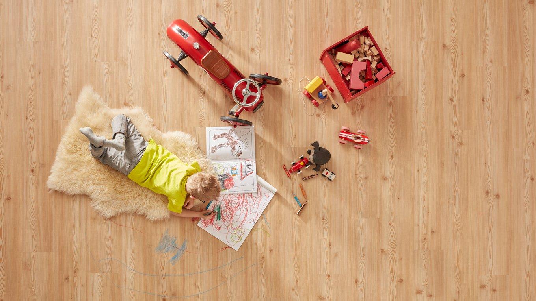 Bodenbelag Kinderzimmer Spielsachen malen Holzboden