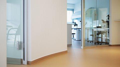 wineo Bodenebalg PURLINE Bioboden hell Flur Behandlungszimmer