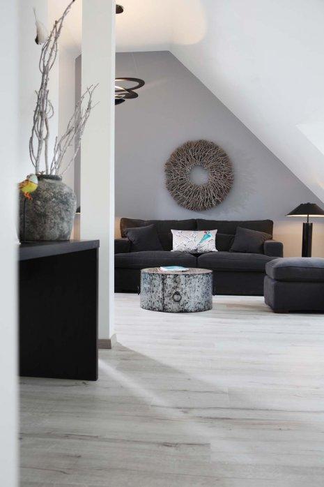 wineo Purline Bioboden Holzoptik hell dunkle Möbel Wohnbereich gemütlich Hotel